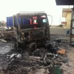 I resti di uno dei tre camion bruciati