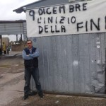 Francesco Sibilia sotto uno striscione in preparazione della protesta