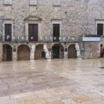L'allestimento esterno della mostra Potere e Liturgia sulla facciata del Castello