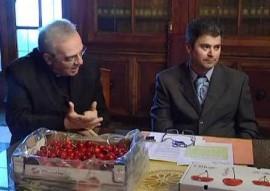 A destra il presidente ACLI, Vincenzo Lippolis, durante la presentazione della Sagra delle ciliegie dello scorso anno accanto a don Felice Di Palma, arciprete di Conversano