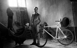 Nicola Coletta accanto a una bici Scatto Italiano