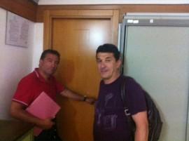 I consiglieri comunali Bientinesi e D'Alessandro davanti la porta sbarrata dell'Ufficio Relazioni con il pubblico