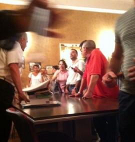 Le fasi concitate dell'incontro tra gli abitanti del centro storico da un lato e sindaco Lovascio e comandante dei Vigili Urbani dall'altra