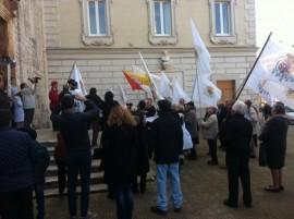 Le bandiere del Regno delle due Sicilie benedette dal parroco della chiesa del Carmine