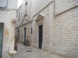 Il portale di ingresso della chiesa di Santa Chiara