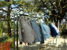 Le camicie stese sulla rete di recinzione costruita apposta dopo il crollo di qualche anno fa