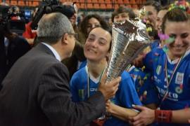 Nella foto di Giuseppe La Guardia, capitan Chiarappa alza la Coppa tricolore