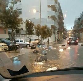 Rifiuti in acqua in via Castellana