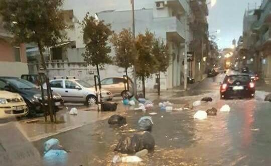 Via Castellana, dopo la pioggia i rifiuti galleggiano sull'acqua. Il consigliere Magistà all'attacco di Lovascio