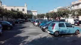 Piazza Carmine gremita di auto in sosta lunga a causa del divieto di sosta nel  Casalnuovo