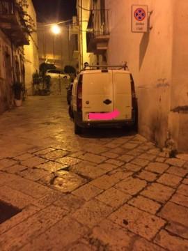 Gruppo di auto di non residenti parcheggiate all'interno del Casalnuovo. Numerosi residenti lamentano di ricevere multe a differenza di coloro che. pur non potendo nemmeno transitare, parcheggiano liberamente