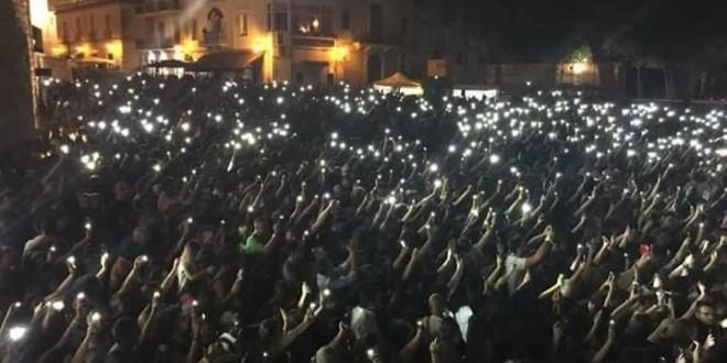 Ermal Meta infiamma il pubblico in piazza Castello