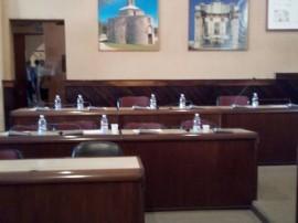 I banchi vuoti della maggioranza dopo la fuga dal Consiglio Comunale