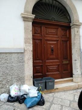 La foto pubblicata dal sindaco Loiacono dei rifiuti abbandonati sotto il portone della sua abitazione