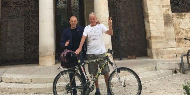 Janus River, il famoso ciclista 81enne impegnato da 18 anni in un viaggio senza fine, ricevuto dal sindaco