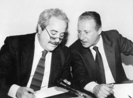 I giudici Giovanni Falcone e Paolo Borsellino  uccisi con e loro scorte dalla mafia