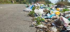 L'amministrazione comunale comincia a beccare gli sporcaccioni. Il video che ritrae un uomo mentre deposita rifiuti su suolo pubblico