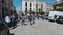 Gli operatori del mercato del venerdì in piazza XX Settembre