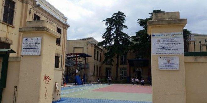 Scuola elementare 'G. Falcone', la situazione migliora ma l'assembramento rimane