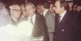 Il prof. Macchia al centro tra il presidente Sandro Pertini e il presidente Gianvito Mastroleo. La foto risale alla visita di Pertini a Conversano, in piazza XX Settembre , nel 1980
