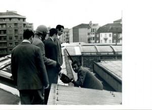 Il dott. Antonio Pagnozzi mentre cerca di entrare in un carcere per sedare una rivolta