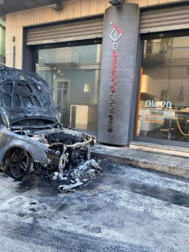 L'auto andata a fuoco in via Putignano