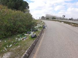 Rifiuti abbandonati sulla rampa che immette via Turi sulla circonvallazione per Rutigliano