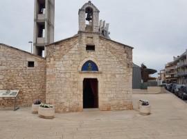 La chiesetta antistante la Madonna della Stella sempre ordinata sotto le amorevoli cure di Angelo Fratella