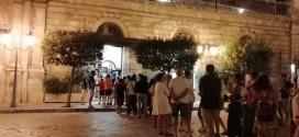 """Lunga fila in piazza XX Settembre per il gelato di Conversano: """"E' più buono di quello di Polignano a Mare"""". Qualche polemica sui prezzi"""